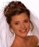 Если невеста выбрала свадебные прически с фатой, перед походом в салон надо взять фату с собой
